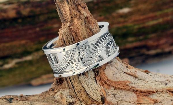 Une de nos r&eacute;alisations, bague or blanc<br /> inspir&eacute;e d&#039;un m&eacute;canisme horloger, sertie de diamants.